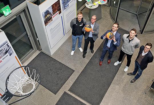 Wirtschaft trifft Sport bei der IHK Ulm: v.l.n.r.: Patrick Heckmann, Basketballspieler von ratiopharm Ulm, IHK-Präsident Dr. Jan Stefan Roell, IHK-Hauptgeschäftsführer Max-Martin W. Deinhard, Max Ugrai, Basketballspieler von ratiopharm Ulm und Thorsten Leibenath, Sportdirektor von ratiopharm Ulm (Foto: Armin Buhl/IHK Ulm)