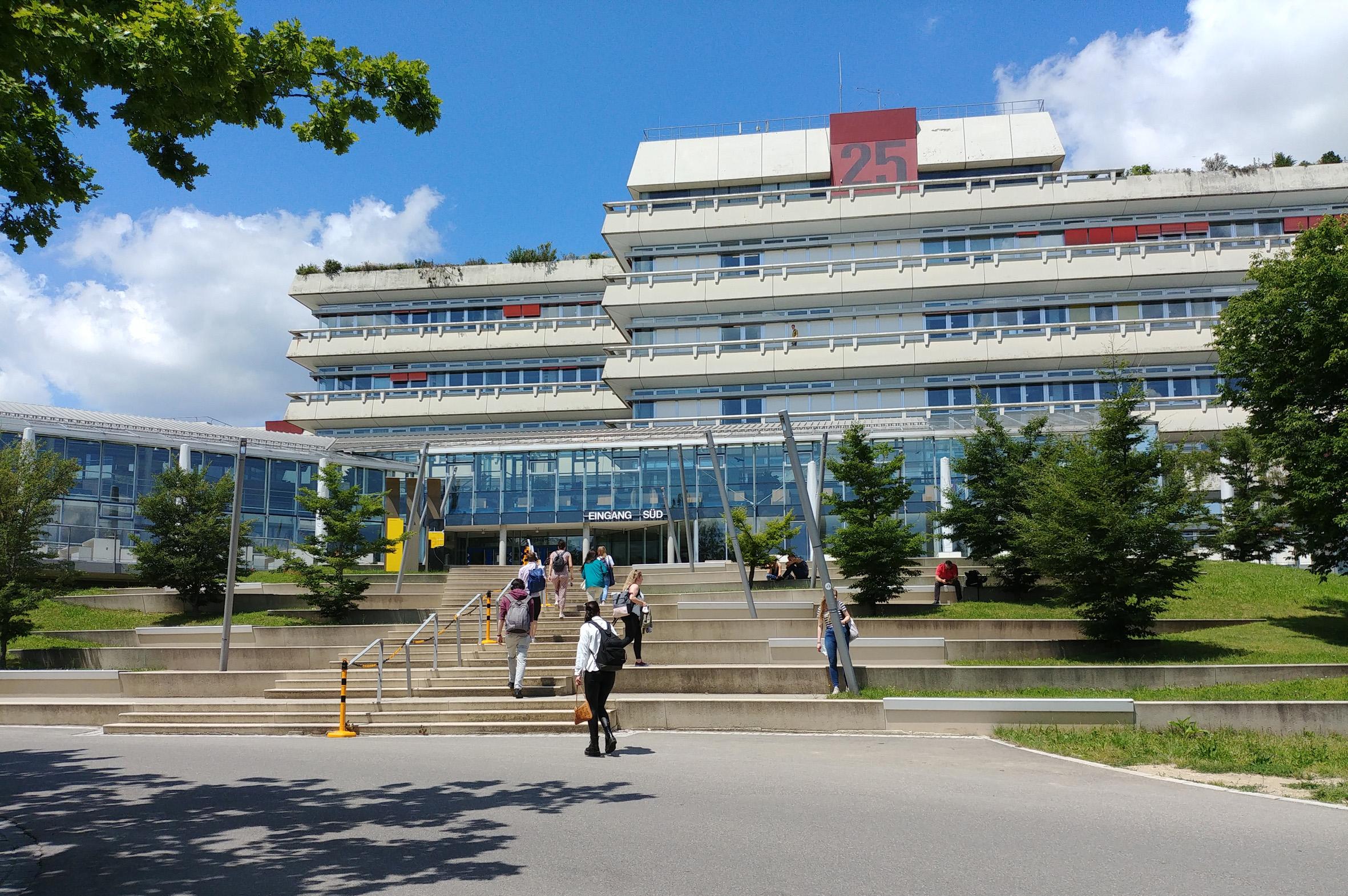 Südeingang der Universität Ulm. Foto: Martina Fischer / Uni Ulm