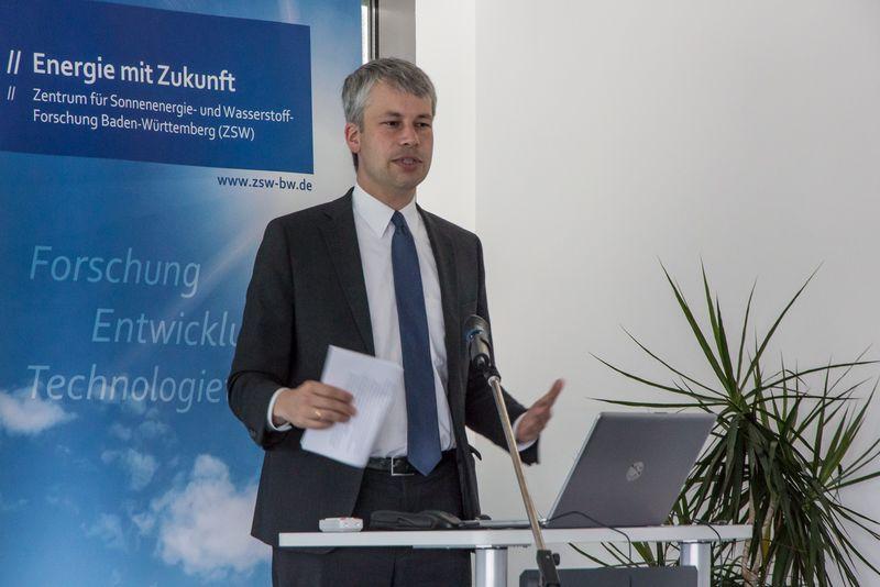 Steffen Bilger, Staatssekretär im Bundesverkehrsministerium, am ZSW Ulm. Foto: ZSW Ulm