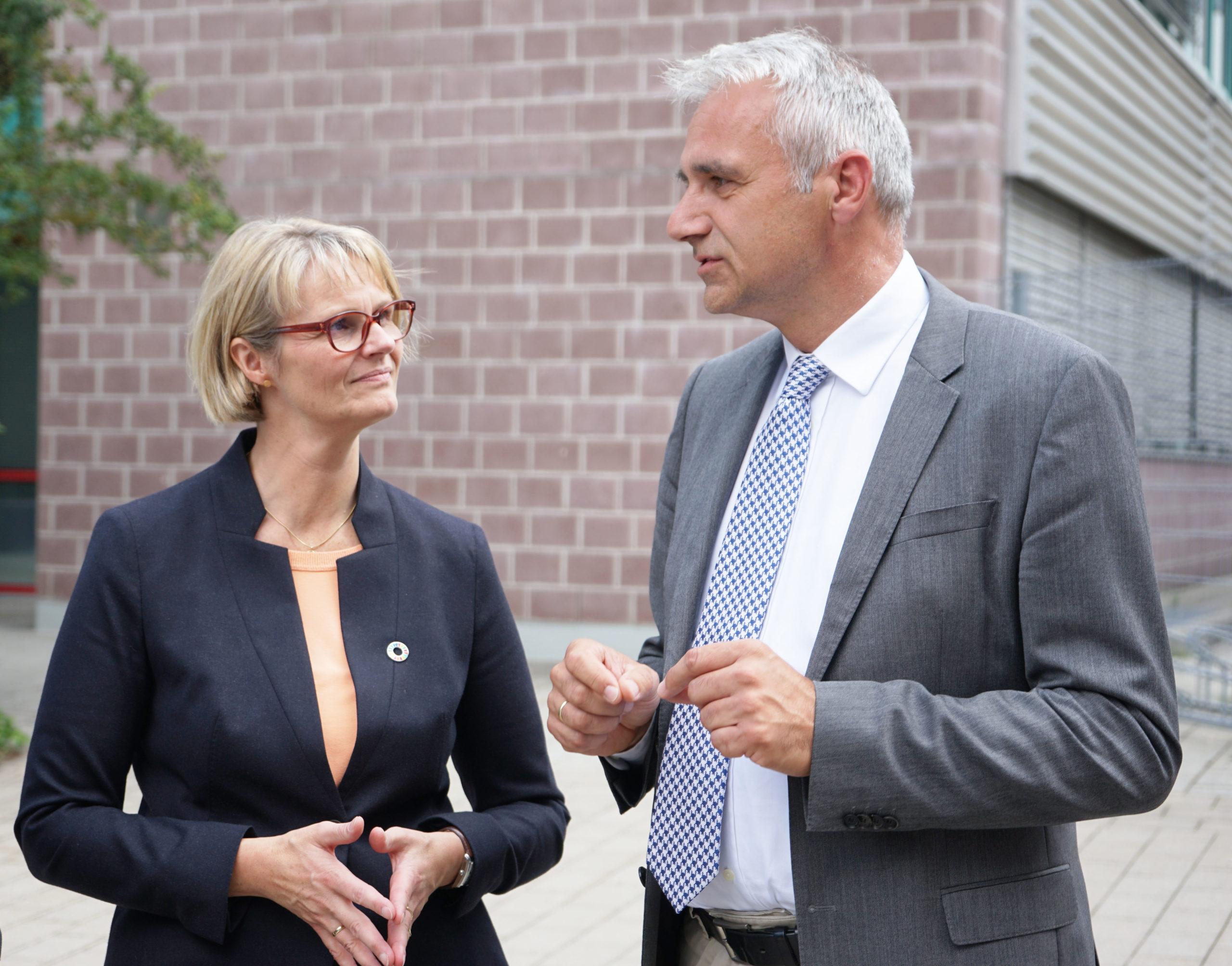 Bildungsministerin Anja Karliczek hat im Juli 2019 das WBZU besucht und sich mit Dr. Tobias Mehlich, Hauptgeschäftsführer der Handwerkskammer Ulm, über die handwerkliche Bildung der Zukunft ausgetauscht. Foto: Handwerkskammer Ulm